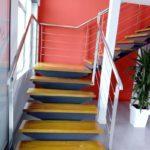 escalera acceso a planta 1. Maderoa, acero e inoxidable.