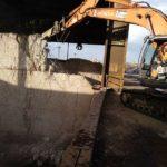 demolición excavadora camión grúa muro hormigón armado Cantabria